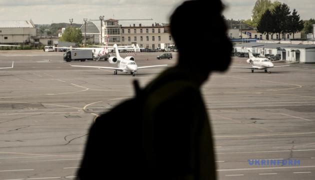 Пасажиропотік український аеропортів скоротився на третину