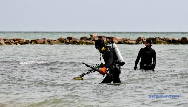 На Запорожье спасатели перед курортным сезоном обследуют акваторию Азовского моря