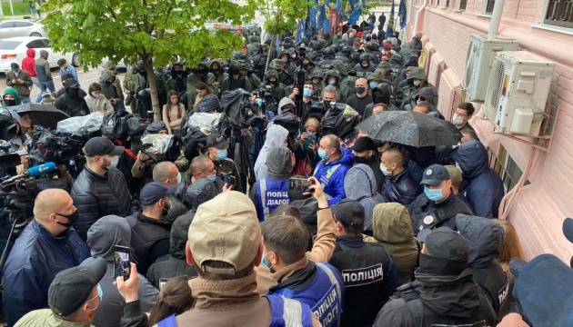 «Стус чекає. Медведчука під арешт»: під судом сталися сутички через плакат