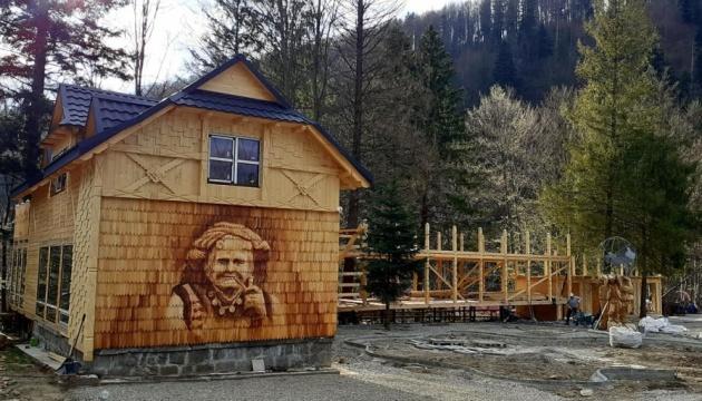 На Прикарпатье создали путешествие к дому с изображением известной Чукутихи