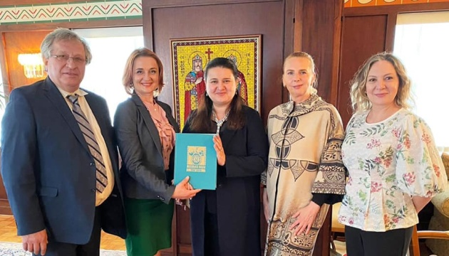 Маркарова домовилася про оновлення навчальних посібників для українських шкіл у США