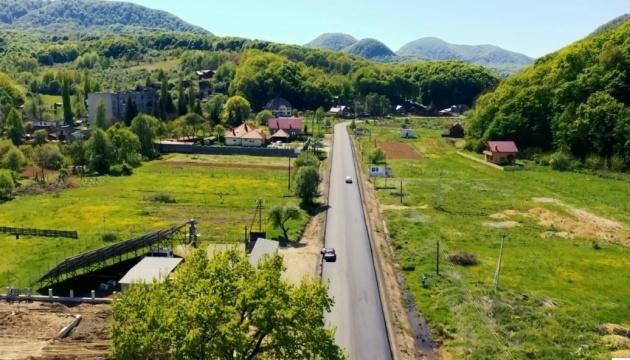 На Закарпатті триває ремонт дороги до курортів Шаян і Велятино