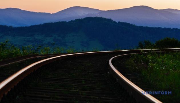 Укрзалізниця призначила додаткові літні поїзди до Рахова та Одеси