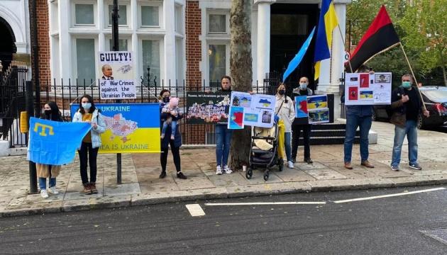У Лондоні українці та кримські татари влаштували пікет перед посольством РФ