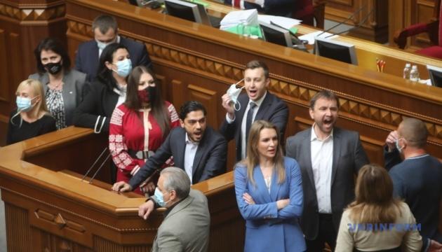 Депутати блокували трибуну, щоб не дати скласти присягу Аксьонову