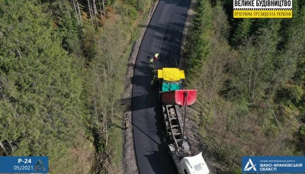 На Прикарпатье обустраивают еще один участок дороги Р-24