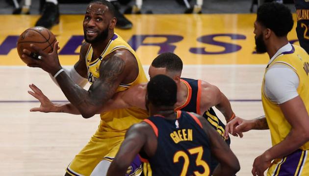 НБА: «Лейкерс» обыграл «Голден Стэйт» и вышел в плей-офф