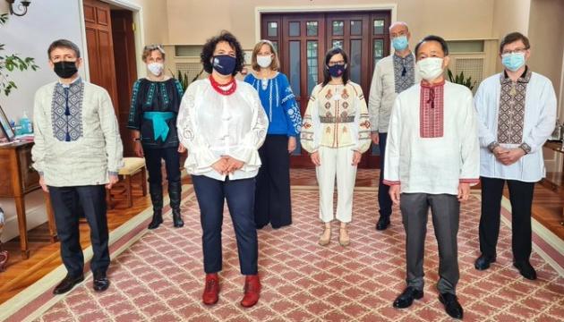 Іноземні дипломати вітають українців з Днем вишиванки