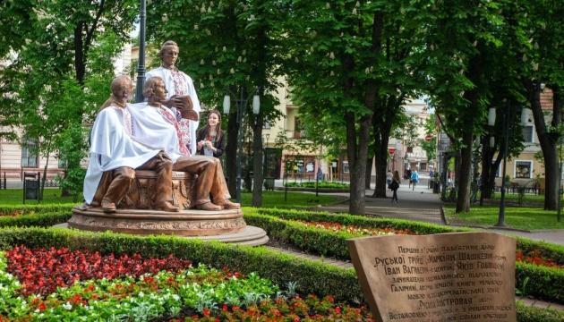 В Івано-Франківську «Руську трійцю» вбрали у вишиванки