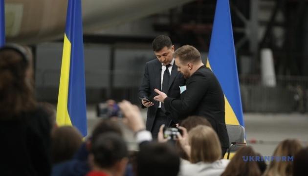 Зеленський показав журналісту своє листування з Дугарь