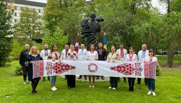 У Латвії українці відзначили Всесвітній день вишиванки