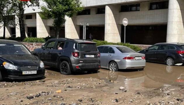 У Києві прорвало трубу – «гейзер» побив припарковані авто
