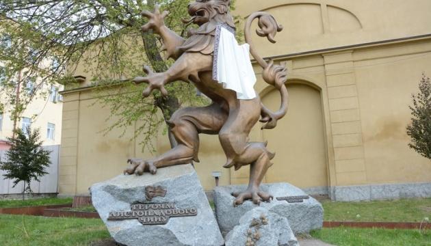 У Львові «вбралися» у вишиванки скульптури левів та античні статуї