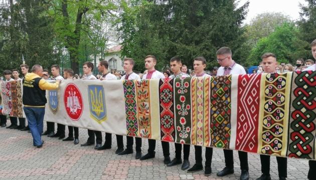В Калуше создали 11-метровый «Рушник единства» и установили национальный рекорд