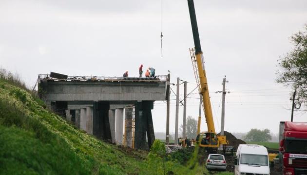На трасі Харків-Київ-Довжанський зводять новий шляхопровід