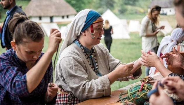 Письмо XI століття та середньовічна випічка: фестиваль «Вовча гора» приготував майстер-класи