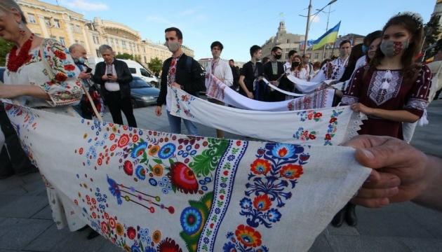 На Вишиванковій ході у Харкові розгорнули 100-метровий прапор України