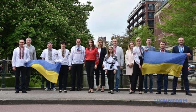 У Нідерландах українці вдяглися у вишиванки та створили фотомозаїку