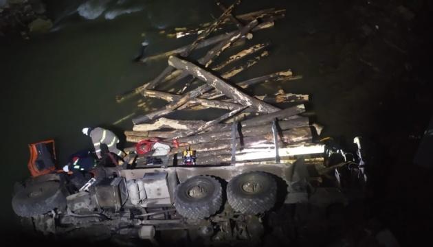 На Прикарпатті лісовоз упав у річку - двоє людей загинули