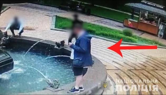Поліція затримала чоловіка, який у центрі Києва зірвав український прапор