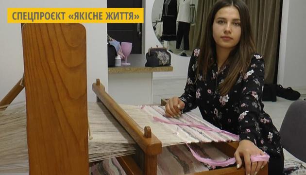 Українка створює унікальний етноодяг на старовинному ткацькому верстаті