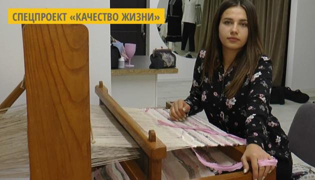 Украинка создает уникальную этноодежду на старинном ткацком станке