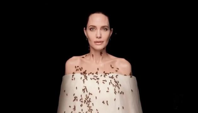 Анджелину Джоли облепили живые пчелы - фотосессия для National Geographic