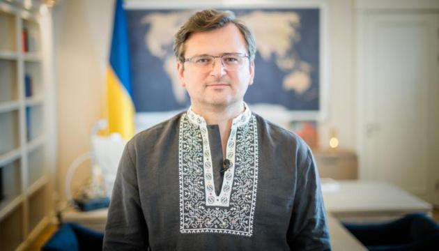 Kuleba: Rusia ha retirado de la frontera con Ucrania solo 12 mil efectivos de los cien mil