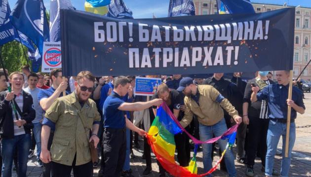 В центре Киева сожгли флаг ЛГБТ