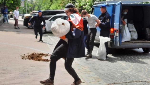 У Києві активіст намагався перекинути на територію посольства Білорусі мішок з гноєм