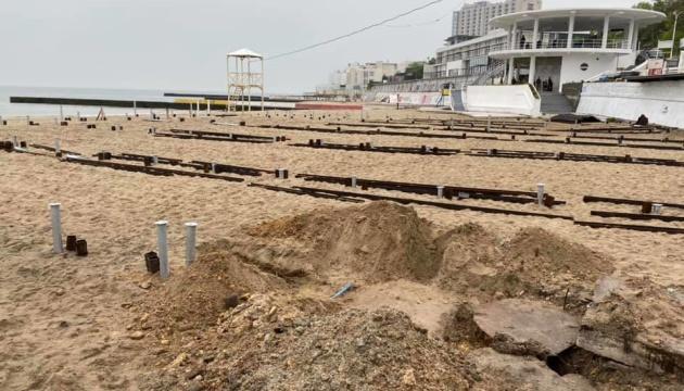 В Одесі активісти знесли металоконструкції для настилу на пляжі «Аркадія»