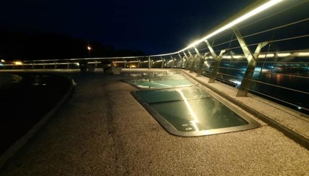 На «мосту Кличка» у Києві знову замінили скло