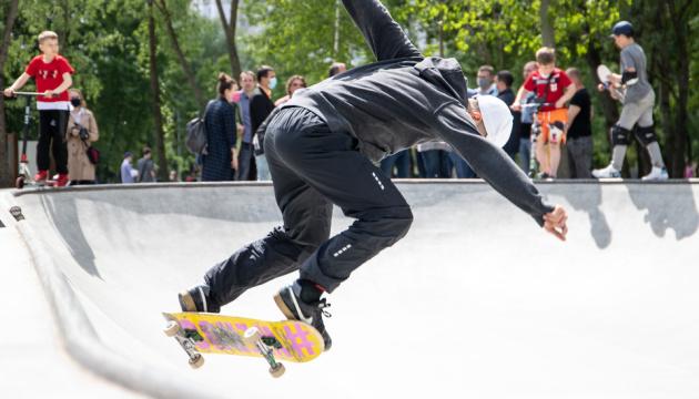 Шахівниця і унікальна скейт-зона: у Києві завершують облаштування фітнес-парку