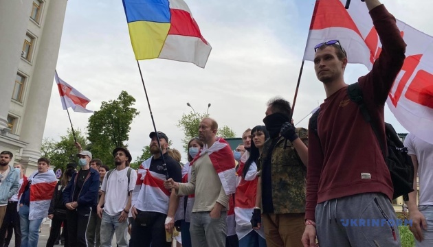 キーウでベラルーシ政権拘束の反体制派記者を応援する集会開催
