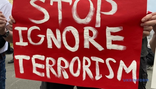 «Stop ignore terrorism»: в Киеве прошла акция в поддержку задержанного в Минске Протасевича
