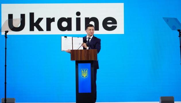 Zelensky signs law on land decentralization