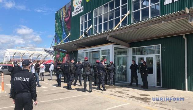 У Києві на ринку «Столичний» під час конфлікту постраждали троє поліціянтів