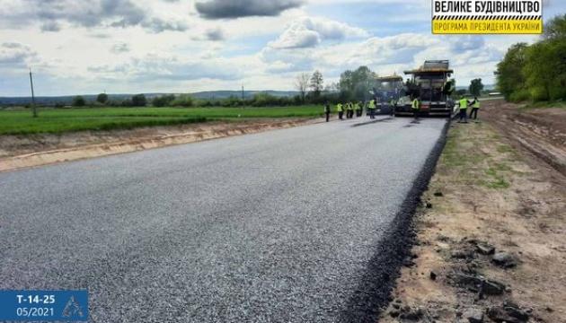На Львовщине ремонтируют несколько участков автодороги Т-14-25
