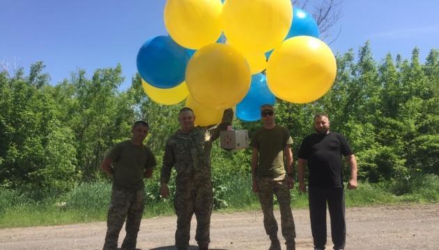 Волонтеры и военные отправили на воздушных шариках в Донецк тысячи листовок