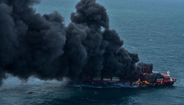 Біля узбережжя Шрі-Ланки загорівся контейнеровоз