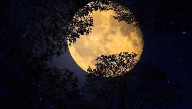 Уночі зійдуться «кривава» суперповня і місячне затемнення. Де дивитися онлайн