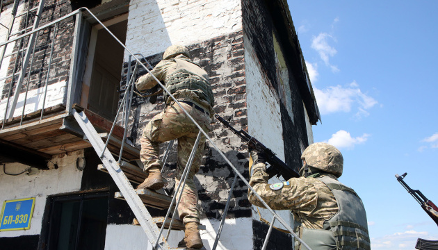In Donbas, Ukrainian military exercise in crossing water obstacles