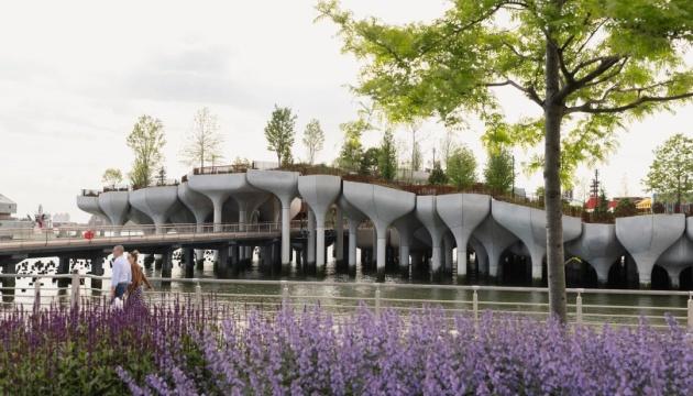 В Нью-Йорке открыли остров-парк на бетонных колоннах