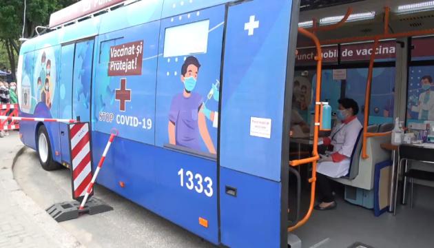 В Молдове троллейбус и автобус превратили в пункты COVID-вакцинации