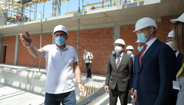 Шмигаль ознайомився з будівництвом басейну спорткомплексу «Слобожанський»