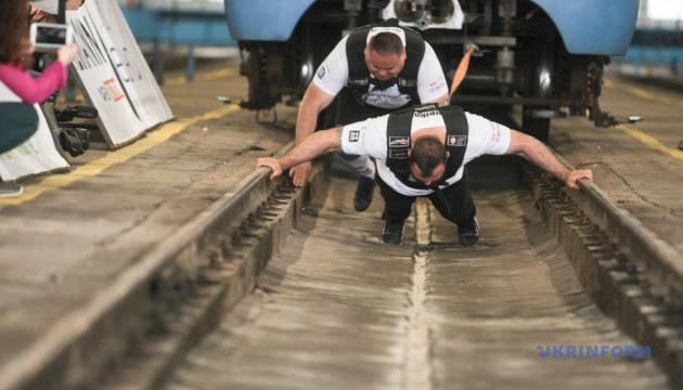 В метро Киева установили рекорд по перетягиванию поезда