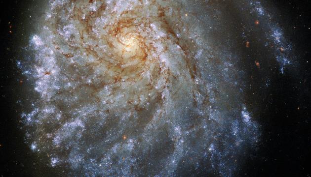Hubble показал спиральную галактику, похожую на яичницу