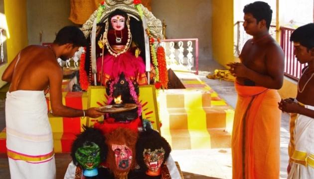 В Индии жрецы молятся о милости «коронавирусных божеств»