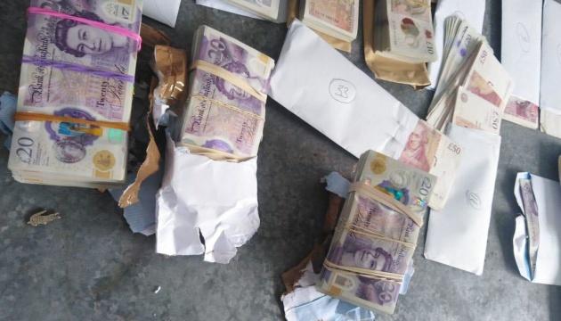 Прикордонники зупинили на кордоні з Польщею коробки, набиті фунтами