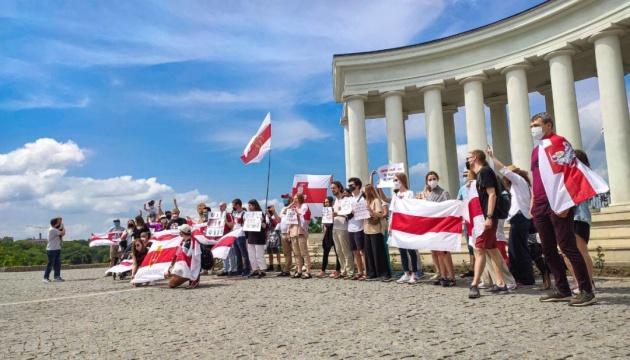 Європа вивішує біло-червоно-білі прапори: як країни підтримують Білорусь